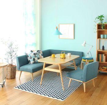 ソファーの色を選ぶ時、上手くお部屋の雰囲気に馴染ませたいなら、壁や床など最も広い面積を占める色(ベースカラー)、あるいは大きめの家具やカーテンなどの色(アソートカラー)に合わせると失敗が少なくなります。こちらはブルーを中心にセレクトされた爽やかな北欧風のお部屋です。