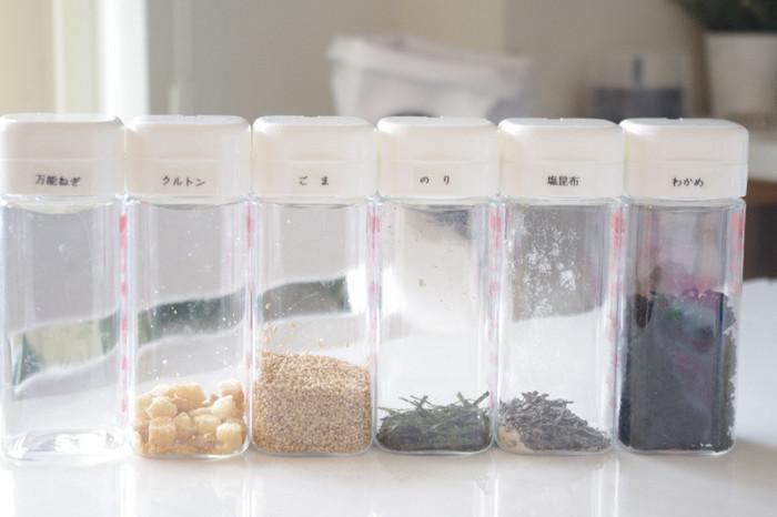 だしの素など少量ずつしか使わないものは、セリアのドレッシング容器に入れて収納するアイディアも。サッと取り出せて使いやすいのも良いですね。