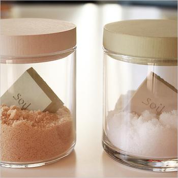 清潔感とおしゃれさを兼ね備えたガラスの瓶は、100円ショップや雑貨屋さんで気軽に買えるのが魅力。こちらは瓶の中に、おしゃれなデザインで人気の乾燥剤「soil(ソイル)」を入れて使っています。