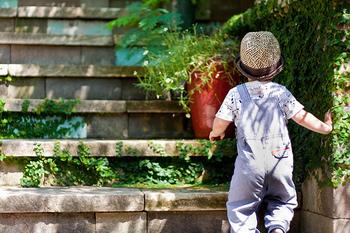 モンテッソーリ教育は室内教育と思われがちですが、外で遊ばせることはとても⼤切です。室内では体験できないことが、外にはたくさんあるからです。アリの行列といった、足元の小さな出来事であっても、ひたすら目が釘付けになることがあります。それは⼦どもなりになにかを習得しようとしている証拠で、とても意味のあることなのです。