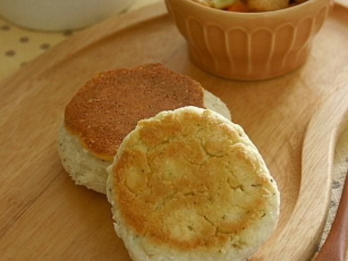 こちらはハーブが香るクイックブレッドのレシピ。ドライハーブを混ぜるので簡単&フライパンで焼けちゃいます♪チェダーチーズを入れても良いのだそう。