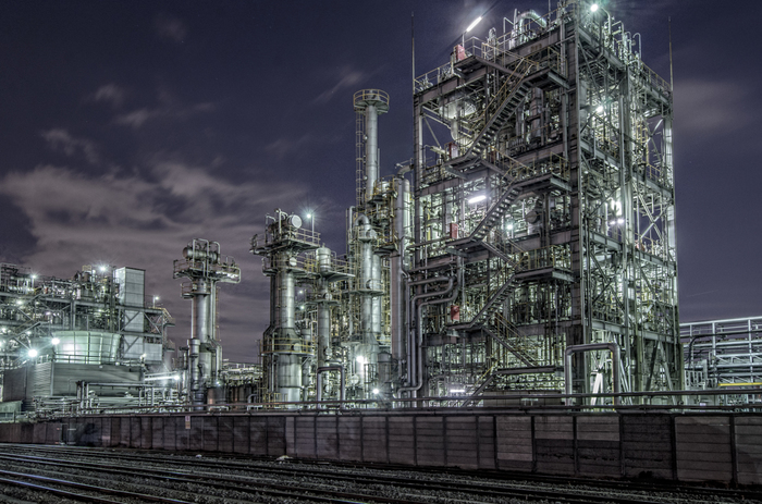 貨物ヤードがある千鳥町は、川崎市の工場夜景の中でも特に人気のあるスポットです。すぐ目の前に迫るライトアップされた巨大プラントは、臨場感にあふれており写真スポットとしても人気がある場所です。