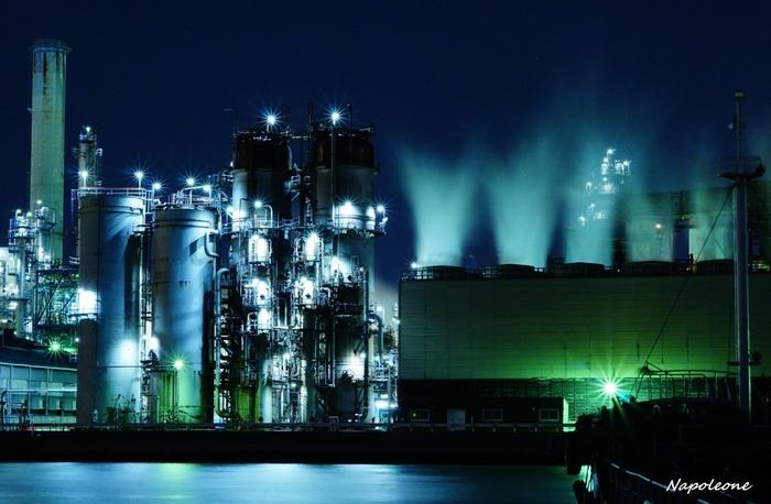 海の上から眺める工場夜景は、陸上から眺めるものとまた異なる趣があります。
