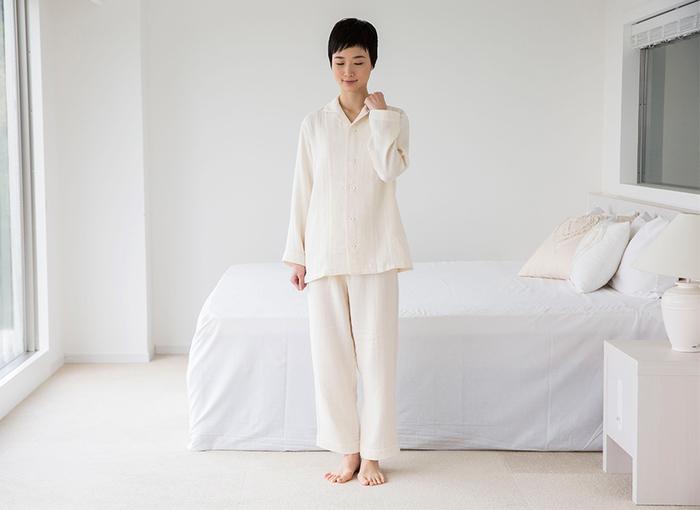 ざっくりと編まれた粗めのガーゼは、ナチュラルでぬくもりある着心地。Wガーゼなのでちょうど良い柔らかさ。シンプルな中にも落ち着きを感じさせるデザインなので、長く愛用できる一着になってくれそう。