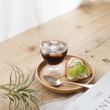 前田充さんが手がける「こぼん」は、クルミでできた小さなお盆。16cmという程よいサイズなので、グラスと一緒にお茶菓子も添えられます。木でできた器は、洋菓子だけでなく和菓子とも相性が良いのも嬉しい♪