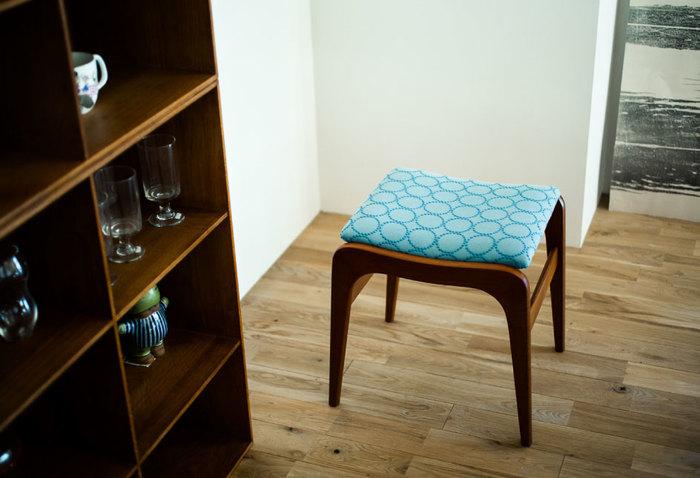 シンプルなスツールが、テキスタイルをまとうと大きくイメージを変えます。今、カスタマイズ生地として大人気なのが、ファッションブランドminä perhonen(ミナ・ペルホネン)のファブリック。小さなドットの刺繍が輪を描く「タンバリン柄」は、緩やかな曲線美で作られた家具と見事にコラボします。カラーも豊富ですよ。