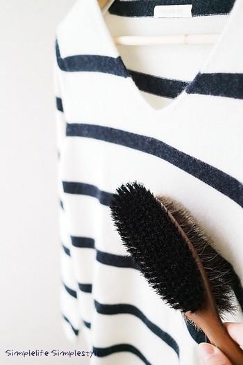 普段の汚れはブラシで払います。繊維をほぐすことで毛玉をできにくくする効果もあります。 ブラッシングの際は、繊維の流れに沿って、強くこすらずほこりを掃くようにかけましょう。