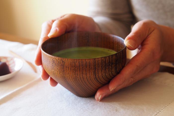 「スープボウル 羽反」は、茶道で使う茶碗をヒントにデザインされました。底面が鋭角で持ちやすいため、お味噌汁の器としてだけでなく、カフェオレやお抹茶用のカップとしてもおすすめです。