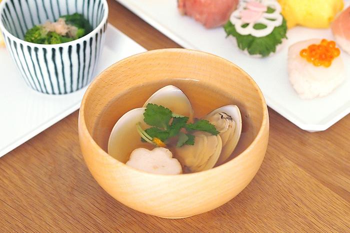 ソノベは、神奈川県小田原市にある木工メーカー「薗部産業」が手がけるブランド。「無理なく、無駄なく、土に還るまで」をコンセプトに、親しみやすい木の製品を展開しています。めいぼく椀はソノベを代表するテーブルウェアで、1996年にグッドデザイン賞を受賞しました。