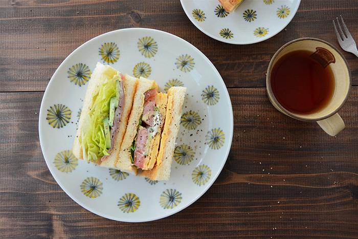洋食器にはない落ち着きと親しみやすさが魅力の絵皿『色絵菊花紋』。愛らしく咲く菊の花が、料理に奥行きを持たせてくれます。もちろんサンドイッチやパスタなどの洋食にだってしっくりと合うので、普段使いだけでなくお友達を招いてのランチテーブルコーディネートにも大活躍♪