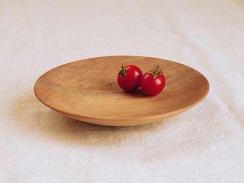 伊高匡彦さんは、奈良市で完全オーダーメイドの木の家具や小物を製作している職人さん。「木のお皿・器」は、クルミ科のブラックウォールナットで作られていて、深い色合い&重厚感があるのが特徴です。シンプルな丸いプレートですが、高級感にあふれていますね◎