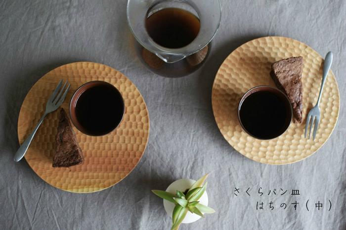 パン皿としてはもちろん、デザートや和食のワンプレート用としてもおすすめ◎お皿の表面には、ハチの巣みたいな「はちのす彫り」が丁寧に彫られていて、優しい表情に仕上がっています。さくらの木でできているので、使い込むと飴色に変化していきます。