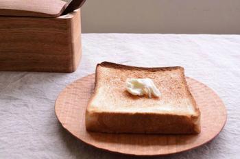 高塚和則さんは、栃木県塩谷町で木の食器や家具を手づくりしている職人さんです。「さくら パン皿 はちのす」は、その名の通りさくらの木でできていて、トーストをのせるのにぴったりのサイズ感。パンの水分をお皿の木が吸収してくれるので、カリッとしたパンの食感を楽しめます。