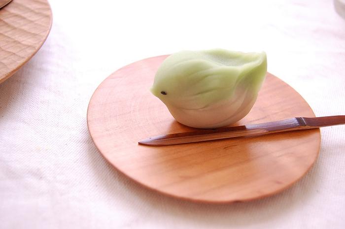 井筒佳幸さんは、岐阜県八百津町で木のお皿やお椀などを作っている木地職人さん。「さくら 小皿」は、さくらでできた豆皿で、丸いシンプルなデザインが特徴です。高さも10ミリと程よいサイズなので、お茶菓子をのせたり、お湯のみをのせたり、いろんな使い方を楽しめます。