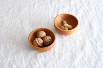 前田充さんは、東京都立川市で無垢の木の家具やカトラリーを製作しています。手のひらにすっぽり納まる小ぶりのボールは、おつまみを入れたり、ヨーグルトやアイスを食べたりするのにぴったりのサイズです。