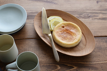 くるみで作られた高塚和則さんのオーバル皿。温かみがあるだけでなく、手ざわりがいいのも特徴です。楕円形のオーバル皿があれば、マフィンにレモンやジャムを添えたり、コーヒーカップを置いたりと、盛り付けるお料理の幅がグンと広がります。