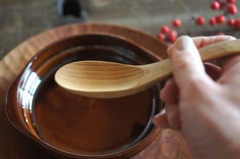 愛知県春日井市にあるアトリエつみき屋は、木工作家の三輪真一さんと販売担当の三輪愛子さんがご夫婦で営んでいます。天然木を使った家具や生活小物を製造したり、木工教室などを開催したりしています。「木のれんげ」は、天然木のチェリーでできていて、軽くて口あたりが優しいのが特徴です。
