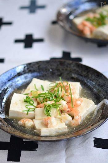 お豆腐は1年中手に入り価格も安定しているので、冷蔵庫に『とりあえず』入っているという方も多いのでは?海老だしがしみこんだ豆腐はつるんと喉越しも良く、あんかけで体もぽかぽか、冬に嬉しい1品です。