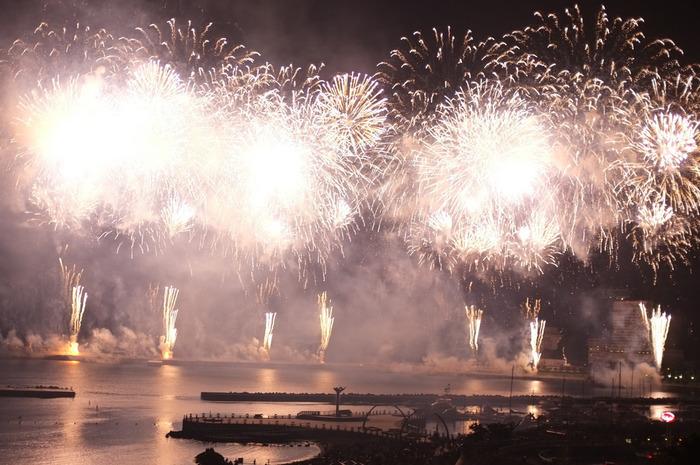 """「熱海海上花火大会」は、熱海を代表する一大イベント。 といっても、熱海の花火は、他所と違い夏だけに限りません。一年を通じて開催日が設けられ、冬や春でも花火大会を楽しめます。(開催日は、熱海観光協会HPを参照のこと)  三方を山に囲まれ、すり鉢状である会場の熱海湾は、花火の音が山々に反響し、迫力満点です。中でも素晴らしいのは、フィナーレ。""""大空中ナイアガラ""""は、大人の遠足に相応しい印象的な花火です。"""