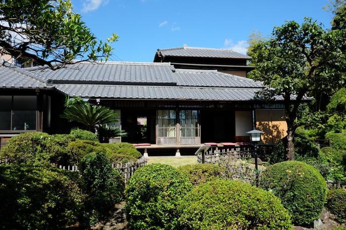 「双柿舎」は、明治の文豪・坪内逍遥(つぼうちしょうよう)が晩年を過ごした住居です。邸内に二本ある樹齢300余年と云われる柿の大樹から「双柿舎」と愛称されました。