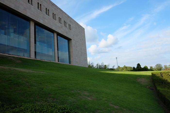 「MOA美術館」は、国宝である尾形光琳の最高傑作『紅白梅図屏風』や野々村仁清作『色絵藤花文茶壺』をはじめとして、国宝・重要文化財を含む約3,500点の東洋の美術品を蔵する伊豆箱根を代表する美術館です。