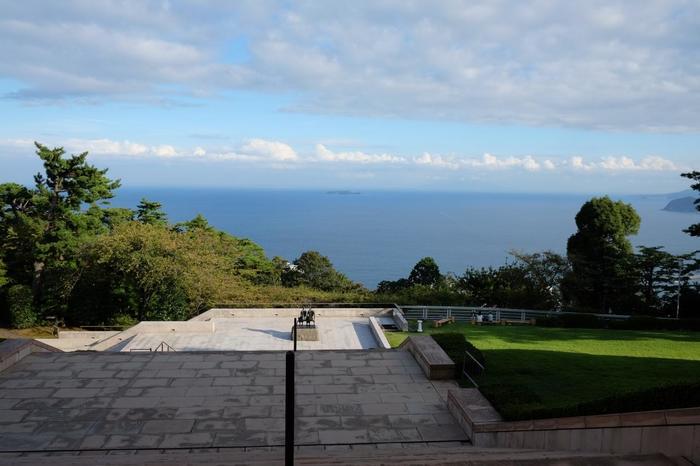古からの霊力を湛える神社や景観が素晴らしい美術館や別荘、自然豊かな梅園や庭園等など、魅力的で多彩な観光スポットが市内に散在しています。【「MOA美術館」からの眺望。正面の相模湾に浮かぶのは「初島」】