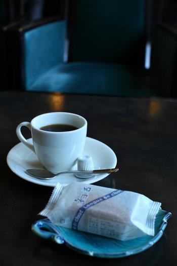喫茶室「やすらぎ」では、当時のままの雰囲気や庭の景色を楽しみながら、抹茶や珈琲が頂けます。かつての調度品に囲まれ、ぜひ優雅な一時を味わって下さい。 【画像は、「起雲閣ブレンド珈琲」とクッキー「ネコの舌」】