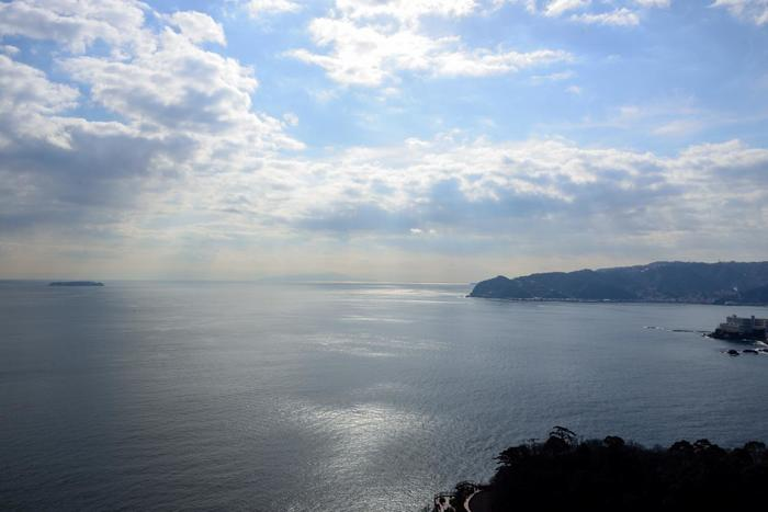丘陵が海に迫る「熱海」は、斜面に覆われ、坂や階段が多い街。  坂を上がって高台へ身を置けば、初島や大島が浮かぶ相模湾の絶景を眼下におさめ、石段や坂道を下り、海辺に佇めば、温かな日差しに包まれながら、穏やかな春の海を心ゆくまで眺めることが出来ます。【2月上旬頃の「熱海城」天守閣からの眺望】