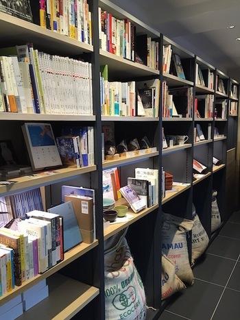 店内の一角には、雑貨や書籍が置いてあるコーナーも。散歩のお供に開きたくなる、興味深い本をじっくり探してみましょう。
