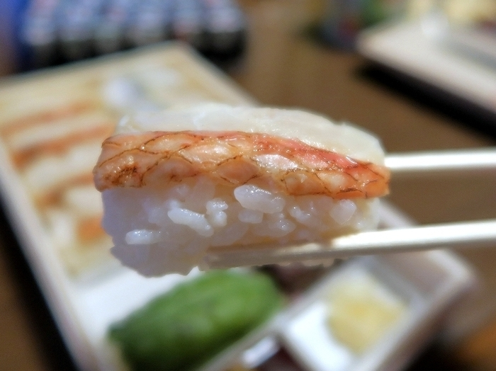散策後に立ち寄るのなら「駅弁屋ラスカ熱海店」がお勧め。帰りの列車で食べるなら、やっぱり熱海ならではの駅弁が一番。 【画像は、明治創業の老舗弁当店「東華軒」の『炙り金目小鯵寿司』。炙り金目鯛寿司と鯵寿司が両方味わえる人気弁当です。】