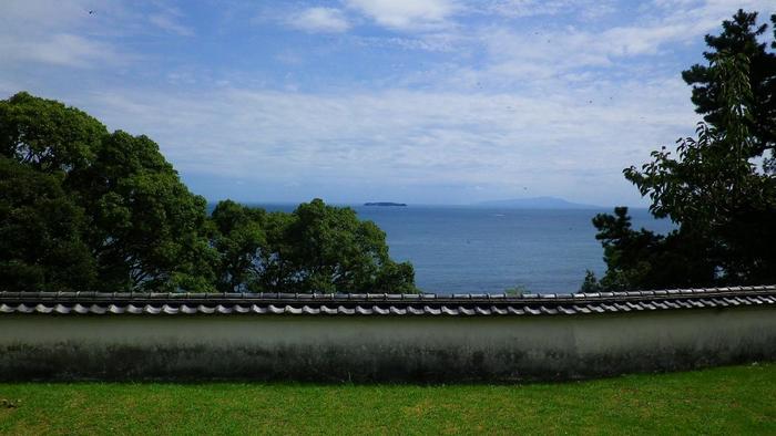 当邸では、タウトの別邸だけでなく、渡辺仁設計による母屋の1階部も見学が可能。母屋からは、相模湾が一望でき、佇めば熱海ならではの穏やかな一時も過ごせます。建築に興味のある方には、必見のスポットです。