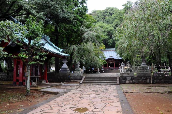 """当神社は、源頼朝公と北条政子の逢瀬の地として名高く、この二人にあやかり、""""縁結び""""・""""恋愛成就""""のご利益があることで有名です。また、頼朝公が、伊豆山神社と箱根神社の二所詣によって鎌倉幕府を開いたことから""""大願成就""""のご利益もあると云われています。"""