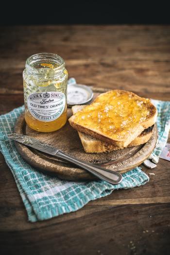 仕上げには美味しい朝ご飯を。手の込んだものでなくても、お気に入りのジャムをパンに塗ったり、コーヒーにハチミツを落と加えたり。優しい甘さが身体にしみ込んで、これから始まる一日の不安もきっと、なんとかなるかな…?と思えてきそう。人生色々あって、いつも元気な朝なんて無理ですよね。でもちょっとだけでもすっきりできたら…いいですよね。ぜひ試してみてくださいね。