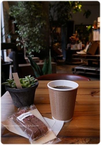 肝心のカフェ席は、おひとり様向けのこじんまりとした席から、ソファ席、大きなテーブル席と、種類豊富。コーヒーは常時2種類の豆を用意していて、クッキーやビスコッティなどの手作りお菓子とともに、のんびりと過ごせますよ。コーヒー片手に、気になる本を探してみたりと、知的好奇心を刺激する時間を過ごしてみては♪