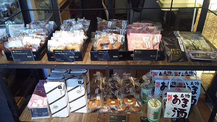 来福スウィーツの一部は、境内のカフェやお休み処で販売しています。地元食材を用いたスウィーツは、お土産にぴったり。福も来れば一石二鳥。【画像は、茶寮「報鼓」の販売コーナー。】