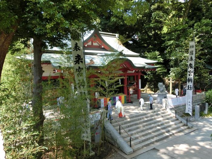 JR東海道線・熱海駅から徒歩20分、JR伊東線・来宮駅から徒歩3分の場所に鎮座する「來宮神社(きのみやじんじゃ)」は、熱海の中でも、最近特に人気を集める観光名所です。【「來宮神社」本殿】