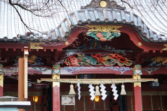 「伊豆山神社」は、社殿の大きさからは想像も出来ない程広く、敷地面積は、4000坪にも及びます。 境内には、「本殿」を中心に、「足立権現社」や「結明神本社」、「雷電社」や「「白山神社」といった摂末社が散在しています。【画像は、色鮮やかな彫刻が印象的な「本殿」。】