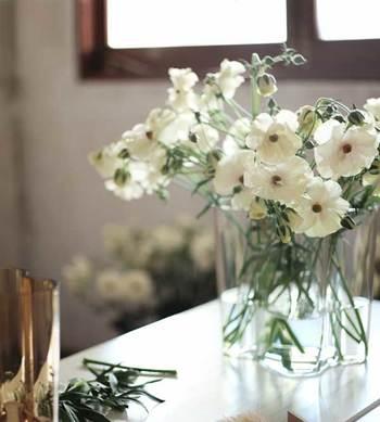 お部屋に植物を飾ると、明るい雰囲気になります。小さい花瓶でちょこんと花を飾るのも素敵ですが、思い切って大きなフラワーベースを置いてみましょう。大きな枝物も、たっぷりの花束も、きれいに飾ることができますよ。