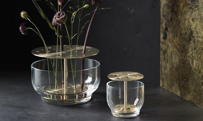 活け花をイメージしたフラワーベース。真鍮の板にある穴に花を挿して使用します。スタイリッシュなデザインで、お部屋の主役になること間違いなしです。