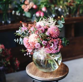 プレゼントしてもらった花束を、そのままフラワーベースに飾りましょう。もらったままの雰囲気をしばらく楽しめます。