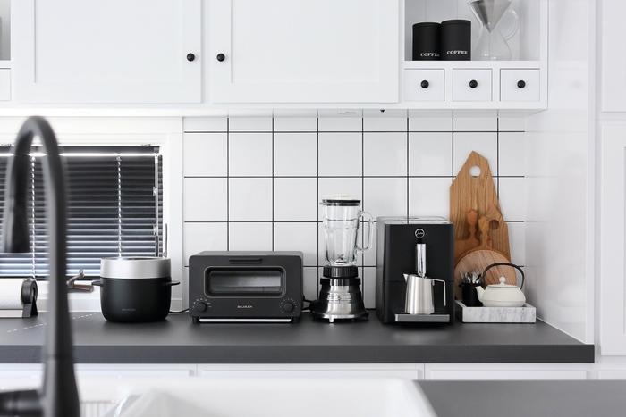 調理器具や食器、食品...気づけば、様々なものが雑然と並んでしまいがちなキッチン。使い勝手よく、且つおしゃれに見せたいなら、定位置で動かさない家電類は、モダンなデザイン家電が断然おすすめ。モノトーンでまとめると、よりシックでクリーンな印象になります。整ったスペースでは、気持ちも落ち着くので、料理もテンポよく進みそうです。