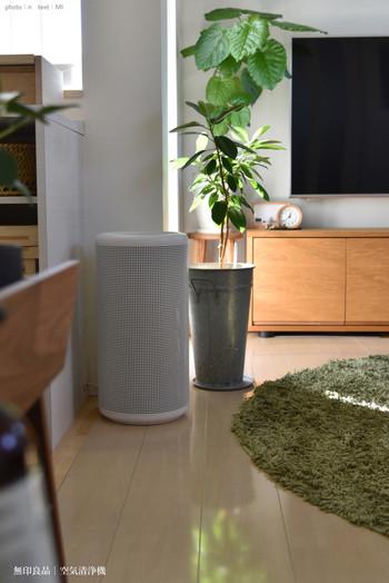 筒形の空気清浄機はお部屋の隅っこにもちょうどよく収まるし、電化製品らしい主張を感じさせないのが嬉しい。ナチュラル&シンプルな雰囲気にもぴったり寄り添っています。
