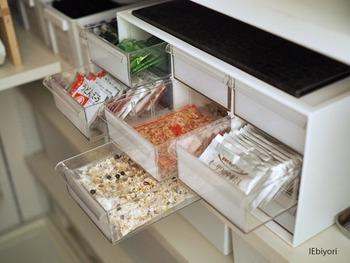 """収納方法はアイデア次第!こちらはインテリアショップ""""ニトリ""""のレターケース用の引き出しを利用しています。個包装されている食品をストックしておくのにピッタリですね。とにかく取り出しやすく、どれくらい残っているか、引き出せば一目で分かる様になっているので、ストック管理がスムーズに!"""