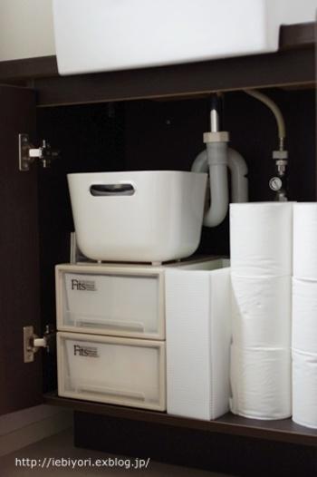 こちらのブロガーさんは、トイレの手洗い器の収納扉にトイレットペーパーをストック。12ロール(1袋)を買ってきて、ここへ積んでおくそうです。
