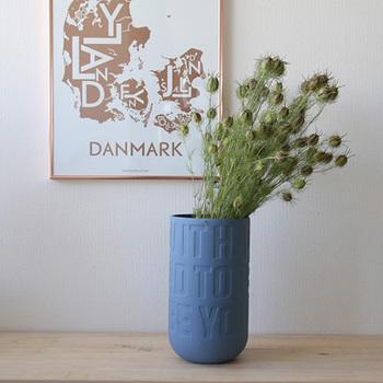 ポスターとフラワーベースを並べて、お気に入りの空間に。花を変えると雰囲気も変わるので、誰でも真似しやすいインテリアです。