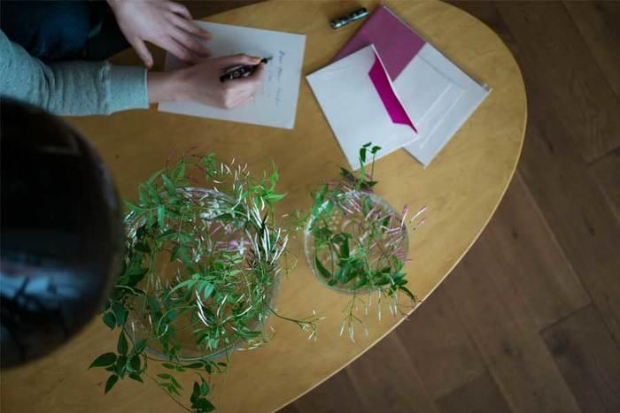 ボウル型のフラワーベースは、茎が柔らかめの葉物をサッと入れるだけでOK。バランスを考えなくても、入れるだけでおしゃれに見えます。デスクの上に飾ると、仕事の合間のリフレッシュになりますよ。