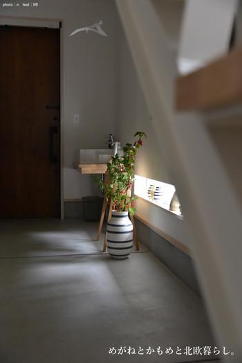 ひんやりとした空間になりがちな土間は、大きなフラワーベースを置くのに最適なスペースです。毎日帰宅する度に目に入るので、疲れも和らぎますね。飾るのは枯れにくい枝物がおすすめです。