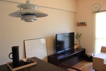 無機質なテレビの横こそ、植物を飾りましょう。シンプルなフラワーベースに枝を何本か入れるだけでもセンスのあるお部屋になります。