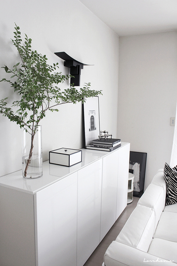 ホワイトで統一した部屋に、グリーンを挿し色として飾りましょう。鮮やかな花は目立ちすぎてしまうので、枝物がちょうどいいバランスです。