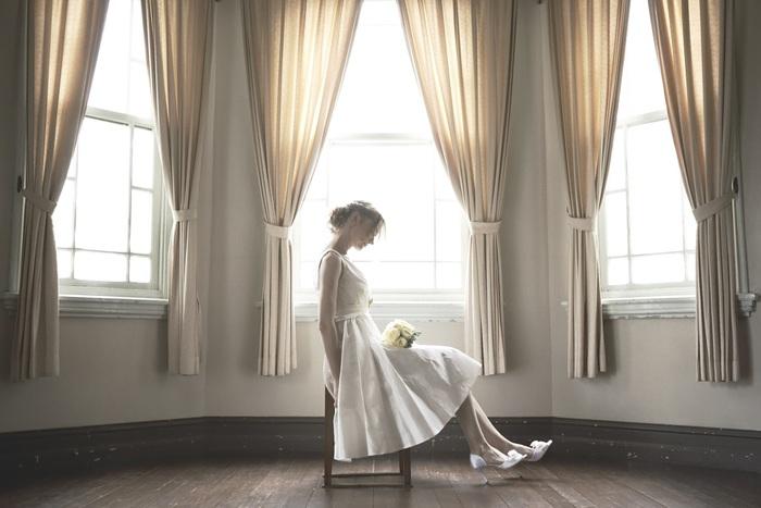 空のブルーやガーデンのグリーンがよく似合うミモレ丈のでドレス。 神戸にも多く残るようなクラシカルな邸宅での結婚式で着用すると、雰囲気にしっくりとくるでしょう。